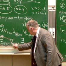 Prof. Timo Weidl in einer Vorlesung zur Analysis 1 an der Tafel.