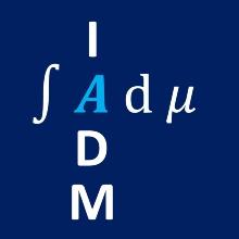 Blaues Logo des Instituts für Analysis, Dynamik und Modellierung mit weißen Buchstaben